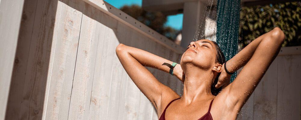Por que é importante tomar uma ducha antes e depois de entrar na piscina?