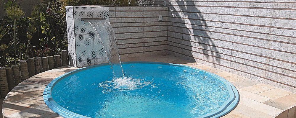 Tenho um quintal pequeno, qual piscina de fibra posso instalar?